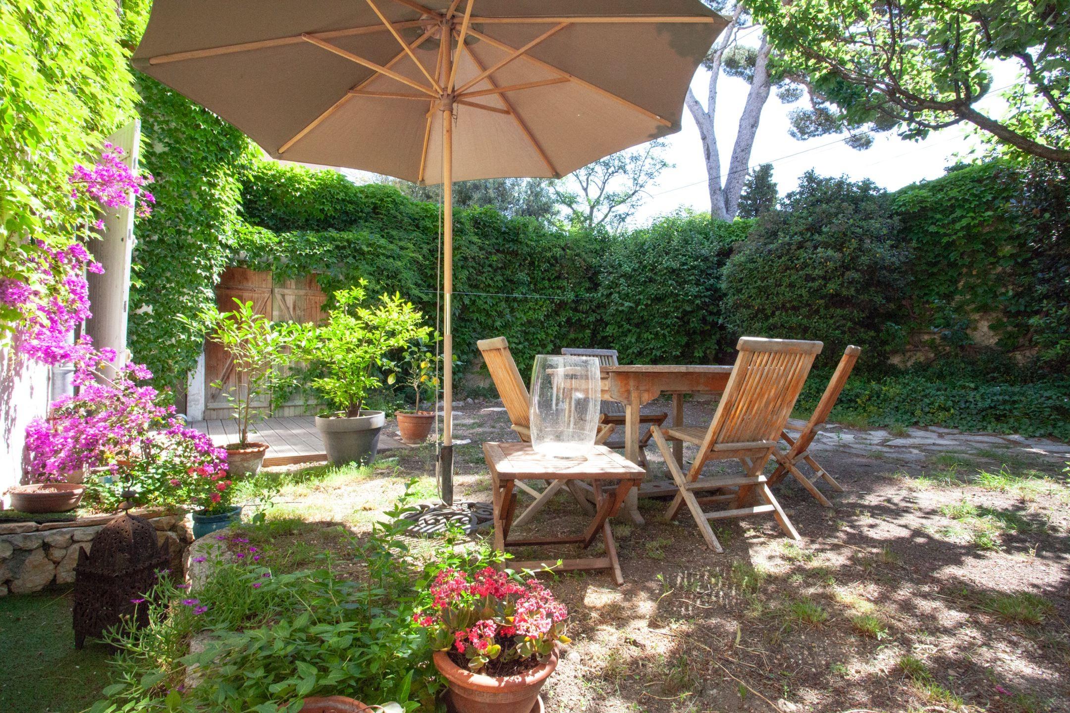 une maison de campagne dans le 6 me ma terrasse marseille. Black Bedroom Furniture Sets. Home Design Ideas