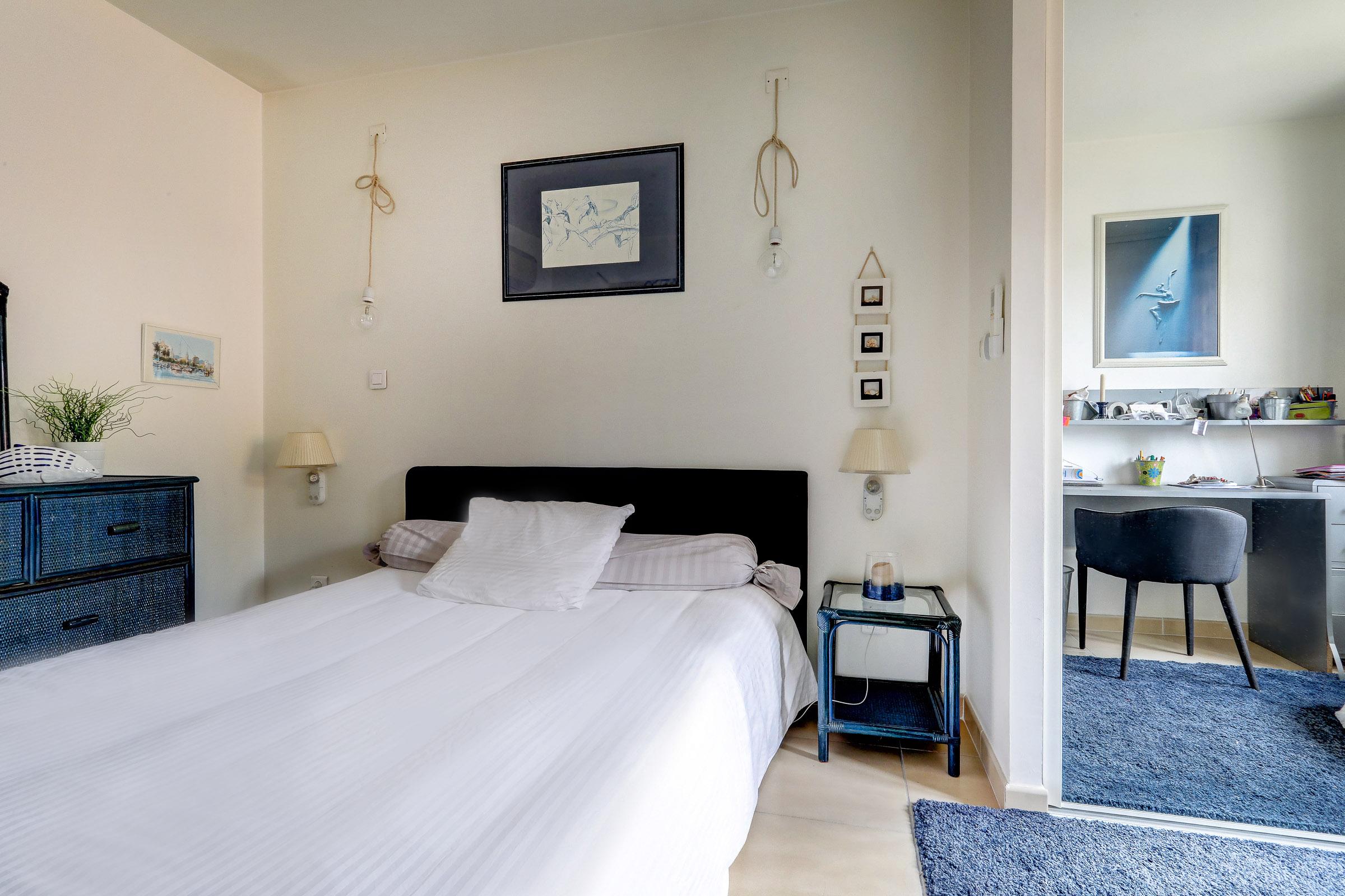 beaumont_13012_villapiscine_teck_contemporaine_terrasse_chambre2_saintjulien_saintbarnabe