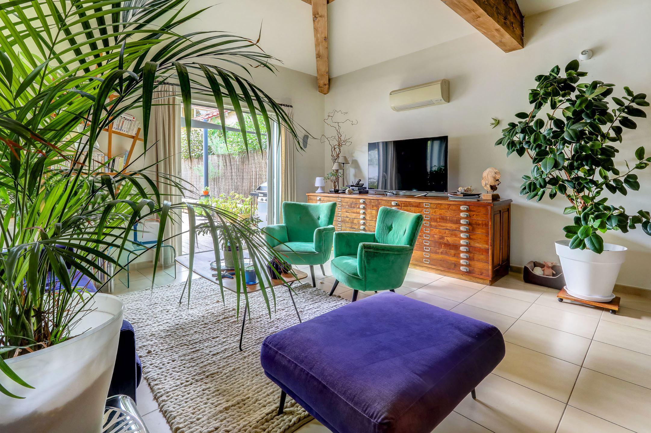 beaumont_13012_villapiscine_teck_contemporaine_terrasse_saintjulien_saintbarnabe_bleuklein_salon2