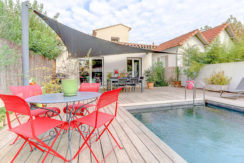 beaumont_13012_villapiscine_teck_contemporaine_terrasse_saintjulien_saintbarnabe_bleuklein_salonexterieur