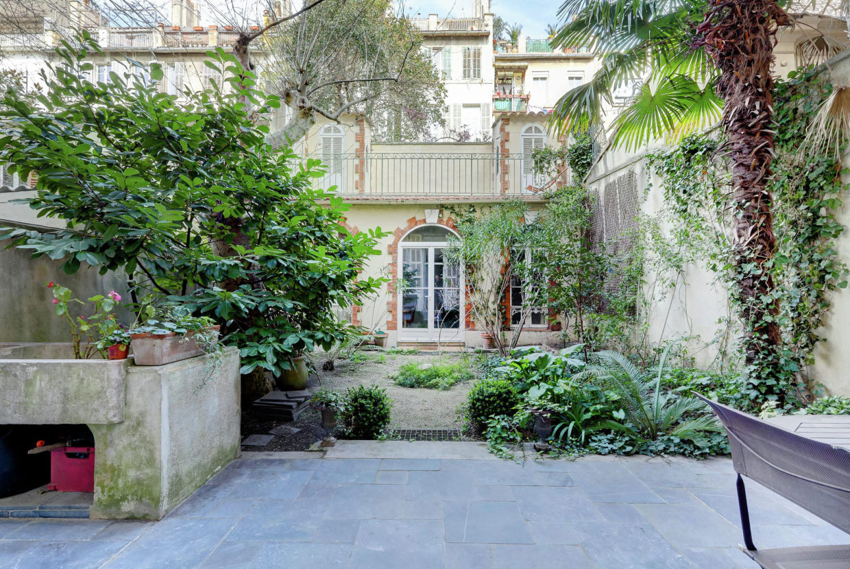 consolat jardin et maison de fond de jardin